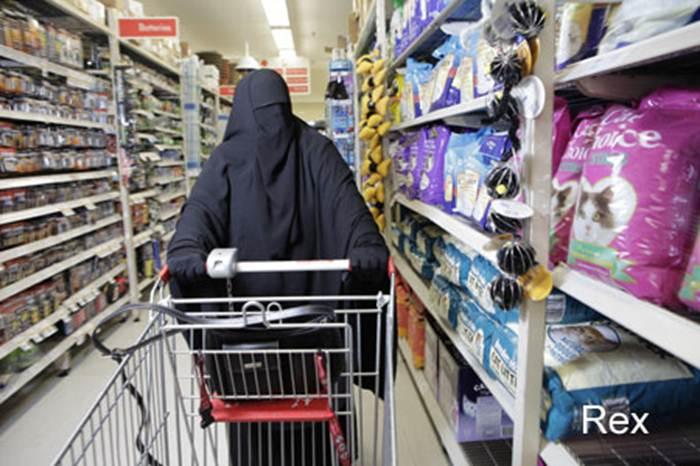 Veshjet e grave myslimane në vende të ndryshme! 0-a-vermummte-kauft-ein