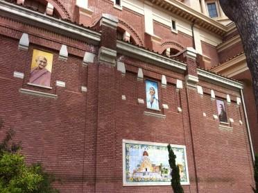 Gandhi, Martin Luther Kind und Mutter Teresa an katholischer Kirche