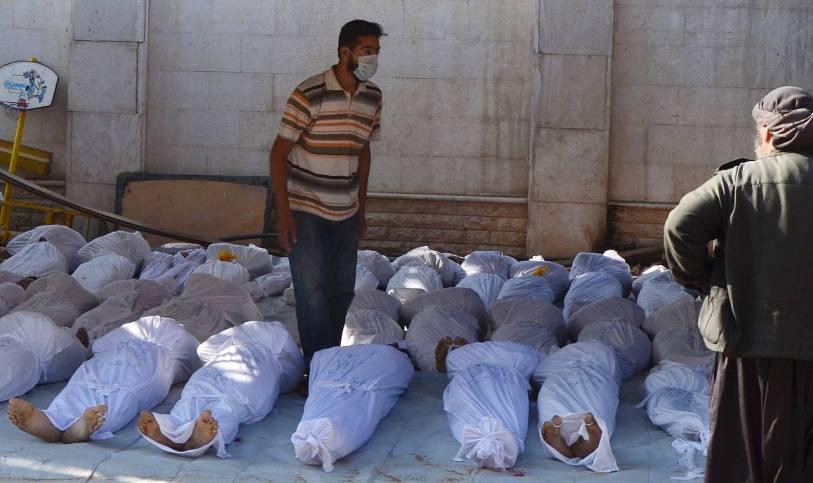 Syrische Aktivisten begutachten die Leichen von Menschen, die mutmaßlich durch Giftgas-Attacken gestorben sind