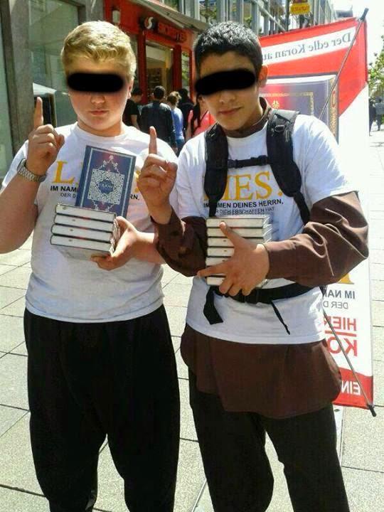 kinder verteilen Koran am Rücken