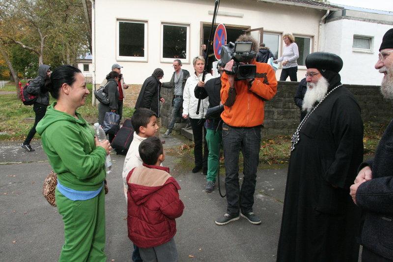 Bischof Anba Damian im Flüchtlingshein Borgentreich Desenber-Kaserne