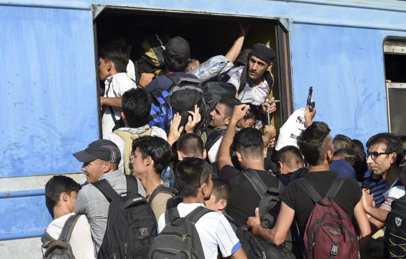 Flüchtlinge drängen in Zug Richtung EU